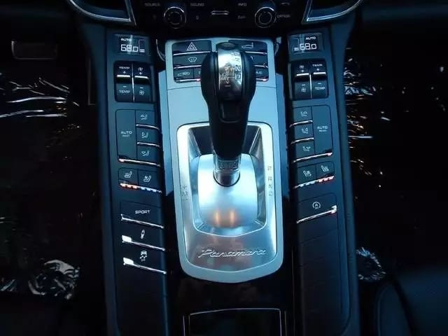 买车上会 唔批 2015 Porsche Panamera 4 里程:8xxx 价格:7w出头。配置:20-Inch Porsche 911 Turbo Design Wheels