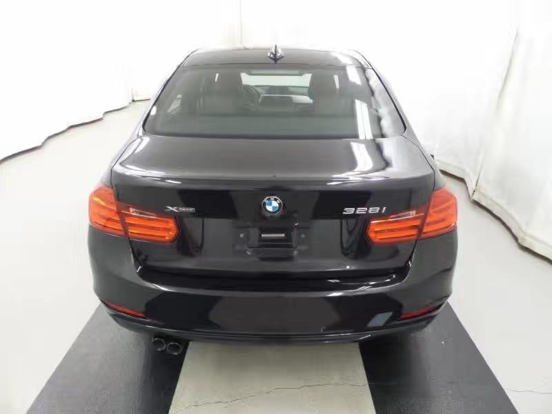 二手车黑店 2013 BMW 328i Xdrive一台,black in black。