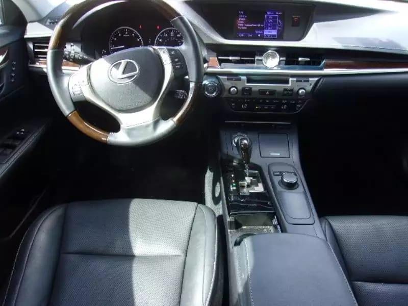 2014 Lexus ES350,经典黑白配色,新款内饰设计的非常大方,有豪华感,里程不高33k,价格也很亲民,25xxx就能拥有。 无事故,一任车主。