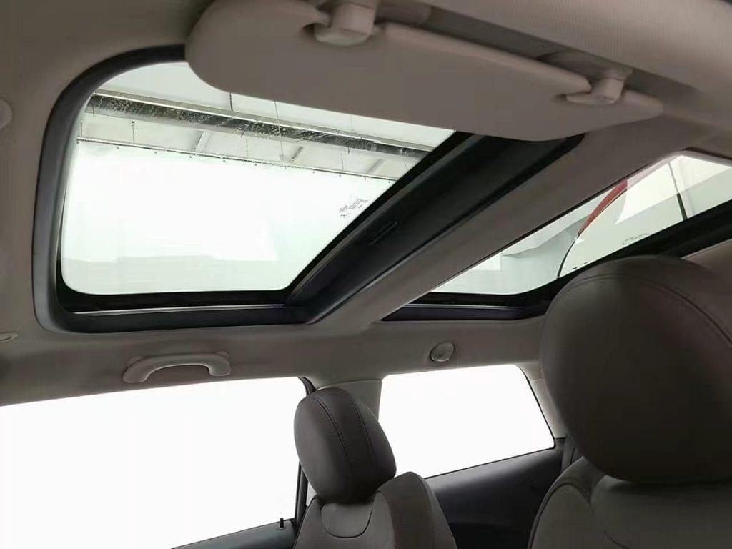 2014 Mini cooper  全景天窗版。新款的外观承用了上一代mini的经典外形,前后大灯和车体处理的更加一体化,