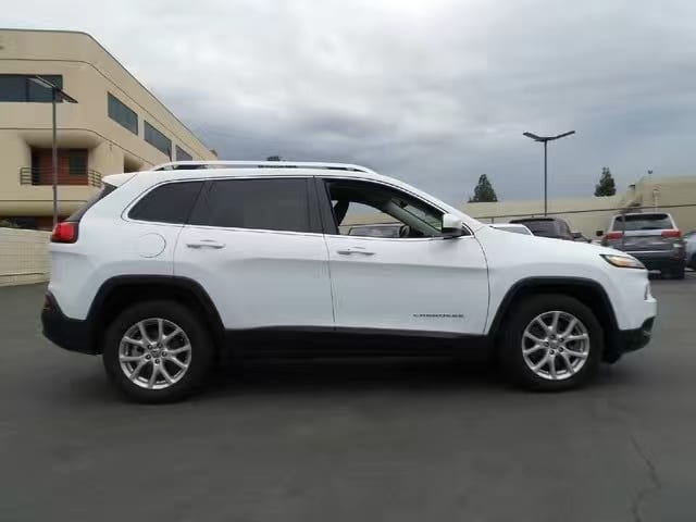 2016 Jeep Cherokee,里程:6k(基本没怎么跑),现在价格仅仅:出头一点。配置全面,大屏幕倒影蓝牙合金轮毂。