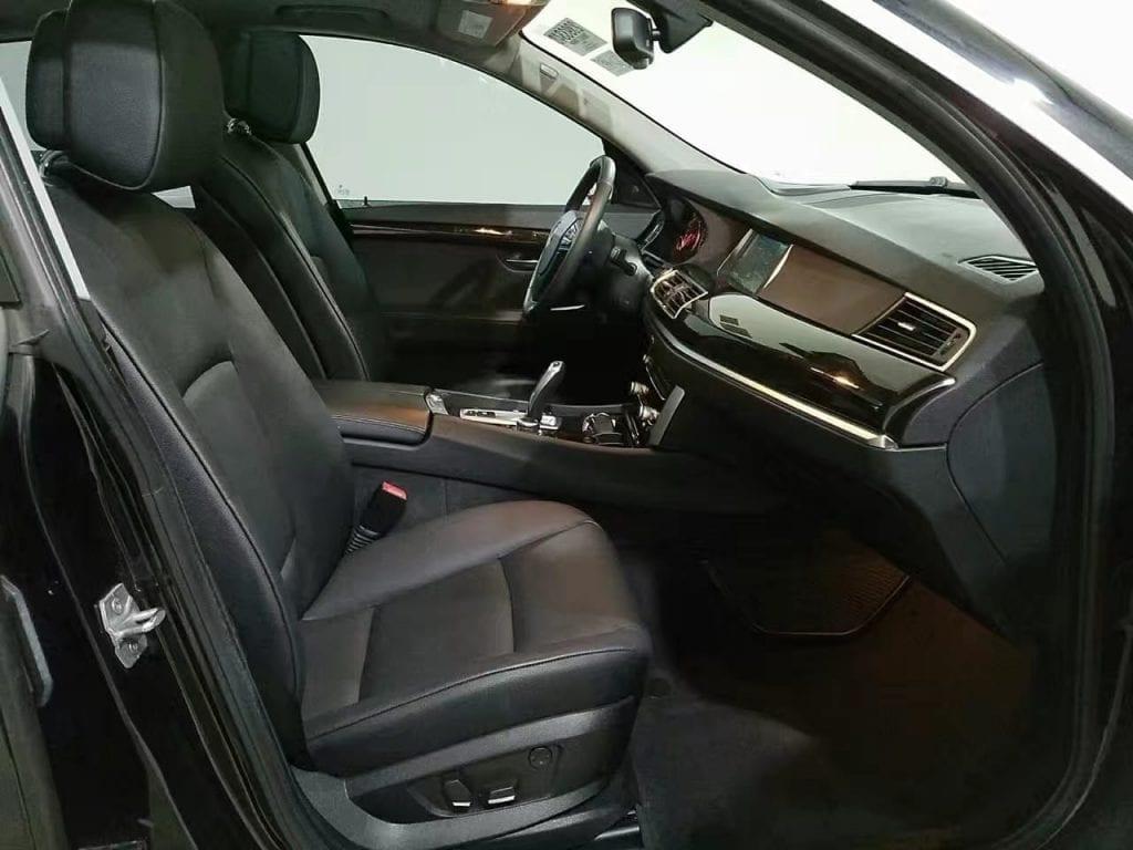 2013 BMW 535GT,内部空间巨大,后排倒下后可以平躺两个人(不要想歪了),如果睡在车里等于拥有了一个带大天窗的房子。配置齐全,