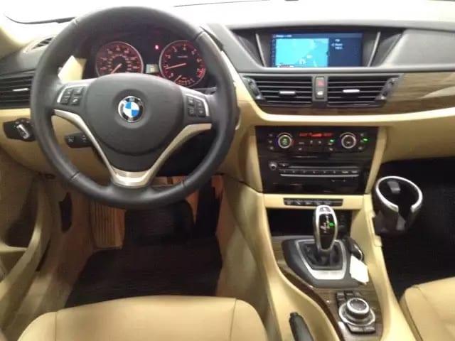 二手车年份 2013 BMW X1 配置各种齐全:全景天窗,导航倒影