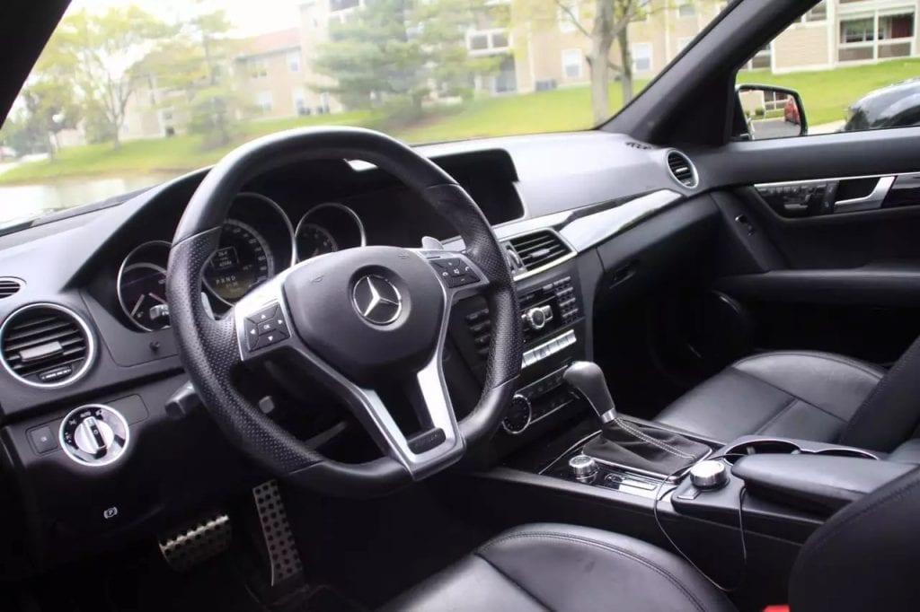 声音如同惊涛骇浪,2012 C63 AMG,满配Hid大灯,碳纤维尾翼,AMG 五角星轮毂。价格仅4w左右!#预付定金开学提车,让你赢在起跑线!