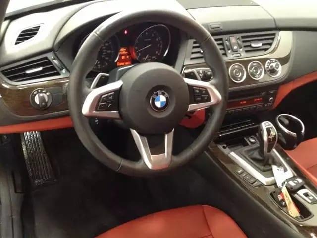 电影里经常出现的跑车,2013 Bmw Z4,里程:18k,白外红内,炫酷配色,价格仅3打头即可拥有。