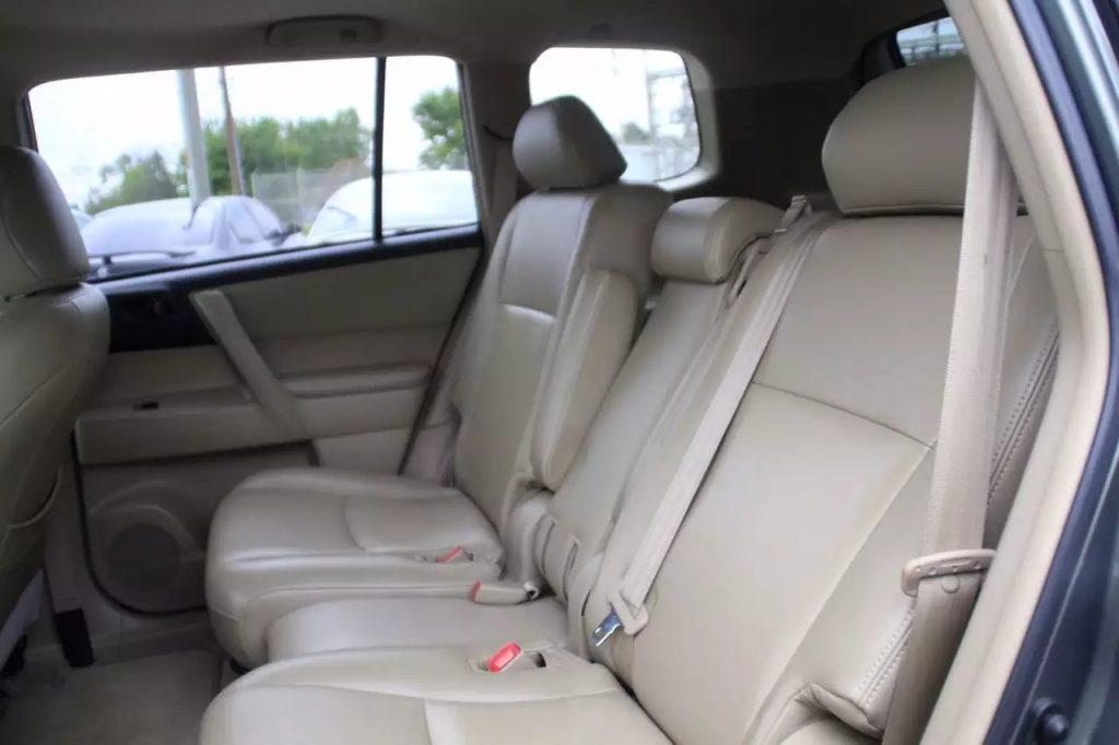 2008 丰田toyota Highlander,里程:113k。理想中的suv,价格仅1w出头刚到店内饰非常干净。