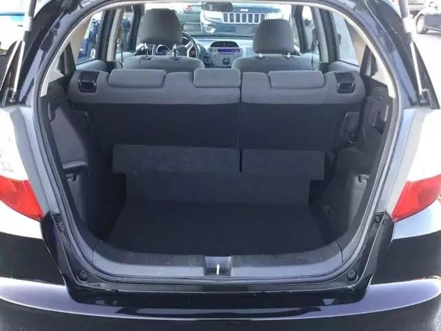 2013 Honda Fit,实用代步小车,连接手机放歌完全没有问题,后排座椅可平躺,无事故车况给力,里程仅:37k,价格9xxx!办完仅仅1w出头。